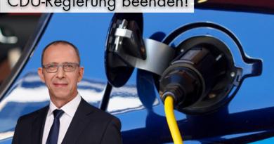 """""""Um das Stromnetz für E-Autos fit zu machen, braucht es bis zu 11 Milliarden Euro. Das haben Forscher nun ausgerechnet. Und selbst dann sind die geplanten 15.000 Ladestationen noch nicht rentabel"""" berichtet aktuell die """"FAZ"""". Das sind Ergebnisse einer im Auftrag von ABB erstellten Studie des Münchner Professors Horst Wildemann und dessen Unternehmensberatung TCW. Subventionen von Bund und Ländern seien """"momentan und in naher Zukunft unersetzbar, um den Ausbau der Ladeinfrastruktur voranzutreiben."""" Dazu erklärt der AfD-Landesvorsitzende, Jörg Urban: """"Jetzt lassen renommierte Forscher die Katze aus dem Sack, wie die ideologisch gewollte, wissenschaftlich allerdings nicht durchgerechnete Strategie umgesetzt werden soll, Elektroautos durchzuboxen - koste es was es wolle. Die Bürger sollen es bezahlen, denn nichts anderes als Steuermittel sind Subventionen der öffentlichen Hand. Nach rund 120 Milliarden Euro, die uns das Asyldesaster bisher gekostet hat und uns die nächsten Jahre kosten wird, nach dem Energien-Gesetz, das auch die Bürger finanzieren, rollen nun also die e-Autos als nächstes Enteignungs-Projekt auf die Bürger zu. Die Bundesregierung unter Leitung der ehemaligen FDJ-Sekretärin und einer willfährig und phlegmatisch hinterhertapsenden CDU praktiziert nichts anderes als sozialistische Planwirtschaft. Abwrackprämien für noch gute erhaltene Autos vor ein paar Monaten und das nun drohende Diesel-Verbot gehören genauso zur Planwirtschaft, wie die so genannte Banken-Rettung und Finanzierung miserabel wirtschaftender EU-Partnerländer."""""""