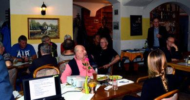Thomas Kirste, der AfD-Direktkandidat für den Sächsischen Landtag für Meißen (hinten stehend) während der Gesprächsrunde.